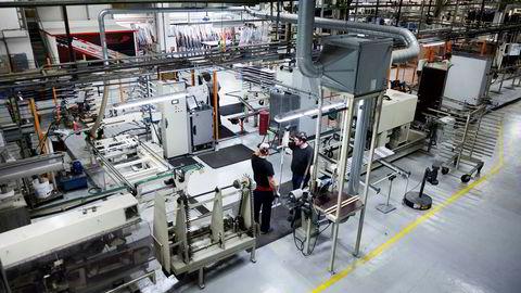 Kloke bedriftsledere i små selskap selger ikke maskinene for å ansette flere folk. Effektiv drift handler som regel om det motsatte, skriver Ingebjørg Folgerø i innlegget. Bildet viser produksjonen av ski på Madshus' fabrikk på Biri.