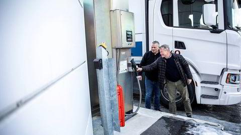 Norgesgruppens Roger Sæther (til venstre) viser Torbjørn Johannson datterselskapet Askos hydrogendrevne lastebil i januar i år.