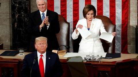 Ordkrig om postvesenet: Lederen for Representantenes hus Nancy Pelosi (avbildet til høyre) i USA vurderer å avbryte Kongressens sommerferie for å diskutere det amerikanske postvesenets fremtid.