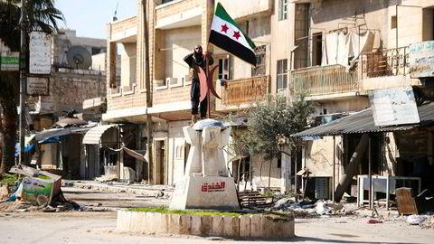Tyrkiskstøttede opprørere tok tilbake kontrollen over byen Saraqeb i Idlib torsdag. Noen timer senere ble en rekke tyrkiske soldater drept i et syrisk luftangrep.