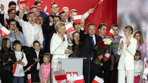 Polens sittende president Andrzej Duda erklærte seg som vinner allerede søndag kveld, selv om resultatet så ut til å kunne gå begge veier. En oppdatert måling viser at Duda øker ledelsen.