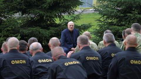 Hviterusslands president Aleksandr Lukasjenko i møte i Minsk med sikkerhetsstyrkene i det fryktede opprørspolitiet Omon.