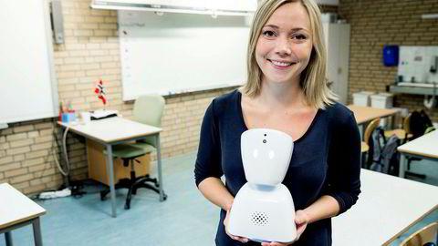 Daglig leder Karen Dolva med roboten AV1 som gjør det mulig for barn å følge undervisningen i klasserommet selv om de er på sykehus eller hjemme. Roboten streamer lyd og bilde til en telefon og gjør det mulig for barnet å stille spørsmål til læreren.
