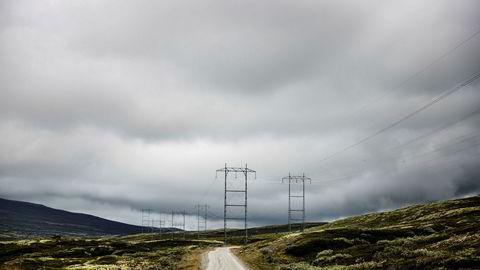 For første gang i historien har vi i sommer opplevd negativ kraftpris i Norge. Kunden fikk betalt for å bruke strøm. Fenomenet er utbredt i Europa, skriver Statnett-direktør Gunnar G. Løvås. Bildet viser kraftlinjer i Reinheimen.