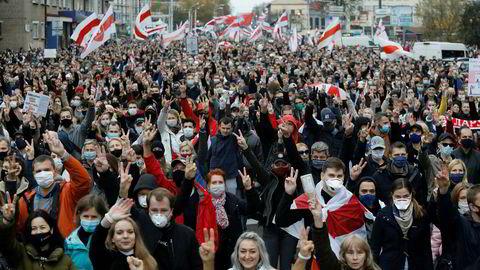 Over 100.000 demonstrerte søndag imot Hviterusslands president Aleksandr Lukasjenko i hovedstaden Minsk