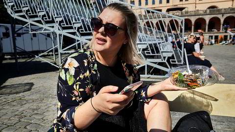 – Det er dyrt å surfe. Litt sure penger, sier Pia Onstad.