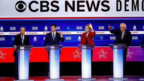 Fra venstre tidligere borgermester i New York City Mayor Mike Bloomberg, tidligere ordfører i South Bend Pete Buttigieg, senator Elizabeth Warren fra Massachusetts og senator Bernie Sanders fra Vermont under Demokratenes debatt i Charleston i Sør-Carolina tirsdag kveld