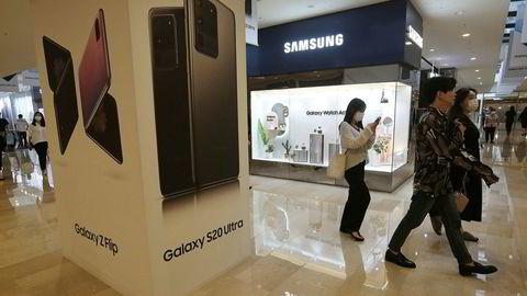 Samsungs smarttelefonsalg falt med nesten en tredjedel i andre kvartal. Koronapandemien har ført til at Huawei er blitt verdens største mobiltelefonprodusent takker være normaliseringen på det kinesiske markedet.