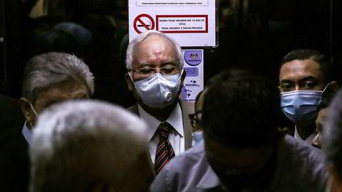 Malaysias tidligere statsminister Najib Razak kom til rettssalen ved Kuala Lumpur High Court iført munnbind på tirsdag for å høre dommen.