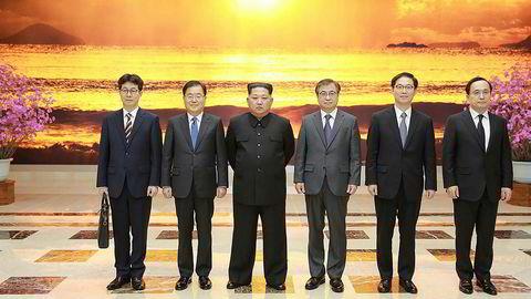 Bildet er tatt 5. mars og viser Nord-Koreas leder Kim Jong Un med en delegasjon fra Sør-Korea.