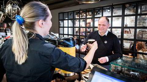 Administrerende direktør Torodd Gøystdal i Espresso House Norge forteller om tøffe tak. Her bestiller han kaffe av avdelingsleder Rebecka Johansson på Espresso House på Majorstuen ved en tidligere anledning.