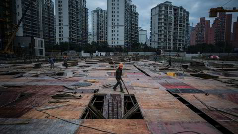 Det har vært mange advarsler om at Kina står foran en gjeldskrise. Foreløpig har det ikke skjedd. Gjeldsveksten har vært høy siden 2008, blant annet i eiendomssektoren. Det er store skjulte misligholdte lån. Det vil bli dyrere å opprettholde en høy økonomisk vekst.