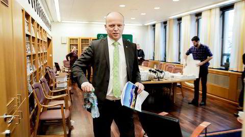 Sp-leder Trygve Slagsvold Vedum, som tirsdag la frem partiets alternative budsjettforslag, vil la FNs høykommissær for flyktninger være med på å avgjøre om Norge skal ta imot 1000 kvoteflyktninger eller bruke pengene på hjelp i nærområder.