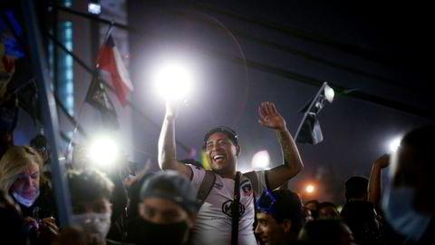 Folk feiret i Santiago etter at det foreløpige valgresultatet ble kjent.