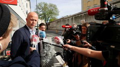 Tom Hagens forsvarer, advokat Svein Holden, har utlovet dusør.