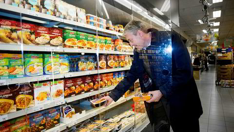 Ferdigmat har fått mer plass i norske dagligvarebutikker de siste årene. Fjordland sjef Andre Gobel er besøk i Menybutikken på Tveitasenteret i Oslo.