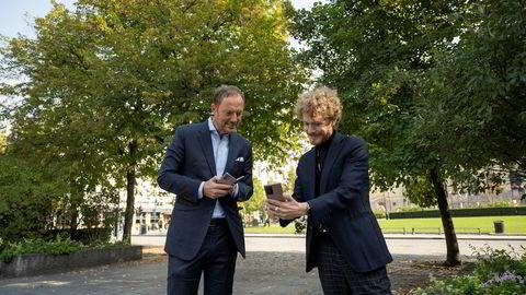 – Responstiden på 5G er enorm sammenlignet med 4G, sier produktsjef Daniel Kvalheim i Samsung Norge til høyre og viser selskapets norgessjef, Even Amdal, målingen av hastigheten på 5G-telefonen.