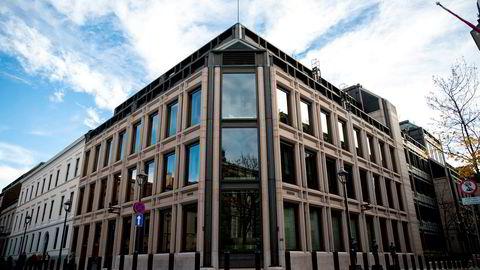 Det gjelder andre saksbehandlingsregler, herunder habilitetsregler, for et offentligrettslig organ som Norges Bank enn for en privat kapitalforvalter, skriver Gøril Bjerkan.