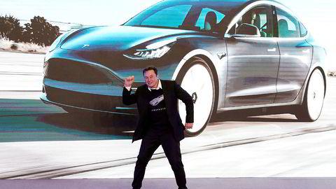 Teslas konsernsjef Elon Musk danset på scenen under åpningen av fabrikken i Shanghai i januar.