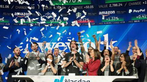 Amerikanske børser og finansinstitusjoner rullet ut den røde løperen for WeWorks grunnlegger Adam Neumann. Børsnoteringen ble aldri gjennomført. Nå har Neumann forsvunnet fra selskapet, Softbank har kontrollen og ansatte går en usikker fremtid i møte. Her fra Nasdaq-børsen i 2018, hvor Neumann åpnet handelsdagen.