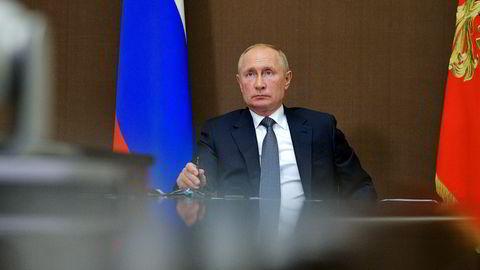 Russlands president, her under en videokonferanse mandag, ba onsdag sin franske motpart Emmanuel Macron om å ikke blande seg inn i Hviterusslands indre anliggender.