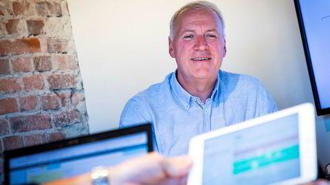 Lars Christian Dahle er gründer og sjef i Dignio. Selskapets digitale løsning tilbys blant annet på en «låst» Ipad som den i forgrunnen, for å minske sjansene for brukerfeil. En nødvendighet når mange av de tiltenkte brukerne er eldre med varierende nivå av teknisk erfaring.