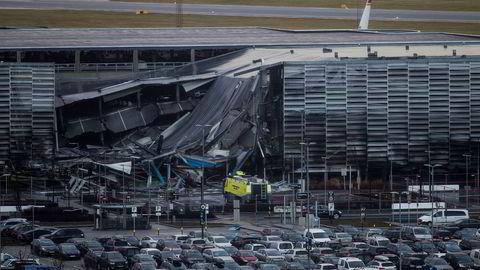 Deler av parkeringshuset raste sammen etter brannen på Stavanger lufthavn Sola.