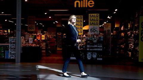 Billigkjeden Nille er en av kjedene som har tapt mest penger de siste par årene. Nille-sjef Kjersti Hobøl har fortsatt tro på strategien som er lagt for å gjenreise kjeden, til tross for at handelen nå rammes av en ny krise.