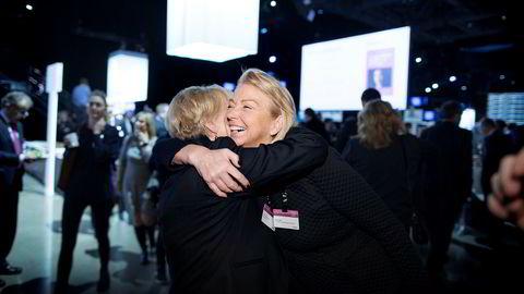 Direktør Berit Kjøll i Huawei Norge sliter med å holde fast på de beste arbeidstagerne, men sikret seg et godt grep om bursdagsbarn og tidligere olje- og energiminister Thorhild Widvey under NHOs årskonferanse i Oslo Spektrum tirsdag.