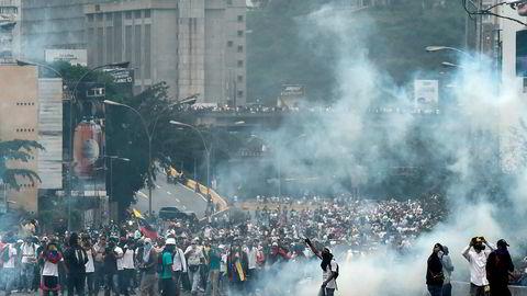 Kraftige sammenstøt mellom politi og demonstranter i Venezuelas hovedstad Caracas. Tre personer døde.
