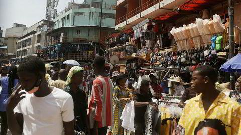 Fotgjengere i Lagos i Nigeria fredag. Bekymringen for spredningen av koronaviruset øker, mens antallet uforklarlige dødsfall i flere regioner stiger og antall tester fremdeles er svært lav.