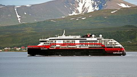 Hurtigruten eier diverse eiendommer på Svalbard der det driver blant annet hoteller, butikker og hoteller gjennom datterselskapet Hurtigruten Svalbard.
