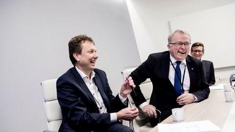 Statoil-sjef Eldar Sætre (i midten) blir i godt humør når han tenker tilbake på tiden med hullkort og faks. Statoil satser nå stort på digitalisering. Til venstre, Kjetil Hove, sjef for driftsteknologi i Statoil, og til høyre Glenn Harald Eide, rådgiver Statoil.