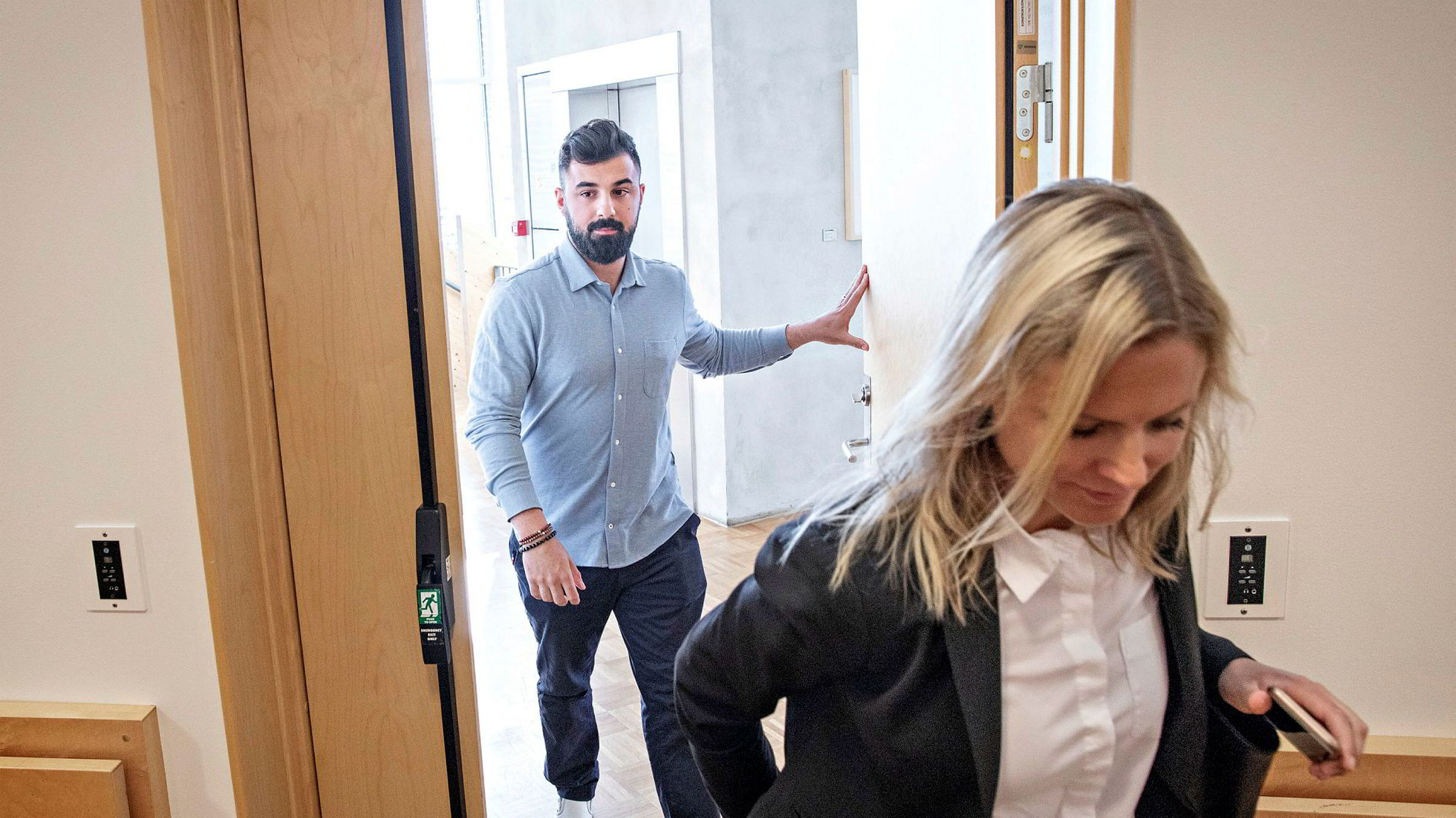Dyar Al-Ashtari (tv.) med advokat Mari Kristiansen Eldøy møter i Follo tingrett mot Magnus Strømnes Bøe fra Bra Søk.