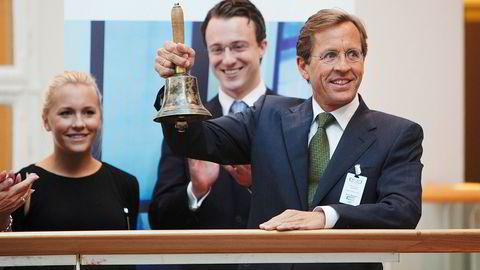 Anette Kristine Blystad (t.v.) har en formue på 618 millioner kroner. Her står hun sammen med Fredrik Platou og hennes far Arne Blystad, da Saga Tankers ble notert på Oslo Børs.