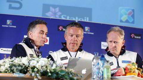 Langrennskomitéens leder Torbjørn Skogstad (i midten), administrasjonssjef Espen Bjervig (t.h) og landslagssjef Vidar Løfshus (t.v) har sett millionutgifter løpe på grunn av to dopingsaker og gransking av landslaget. Her fra Beitostølen i starten av sesongen.