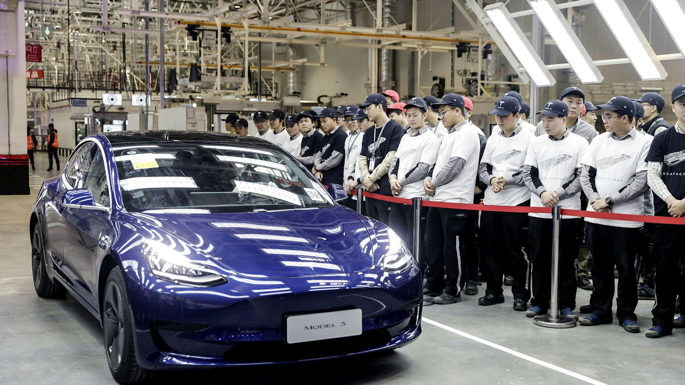 Her er den første Kina-produserte Tesla Model 3 på vei ut av Tesla sin kjempefabrikk i Shanghai.