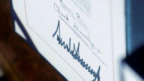 USAs president Donald Trump krever at millioner av krisesjekker utstyres med hans signatur.