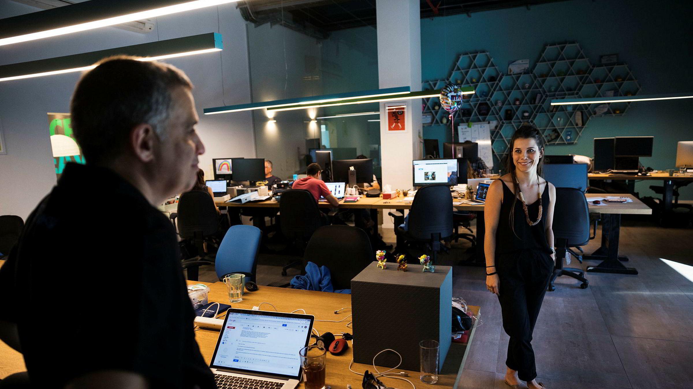 Paykey-gründer Offer Markovich (til venstre) og markedsdirektør Anna Dalton har utviklet et mobiltelefontastatur med hurtigknapp til nettbanken din.