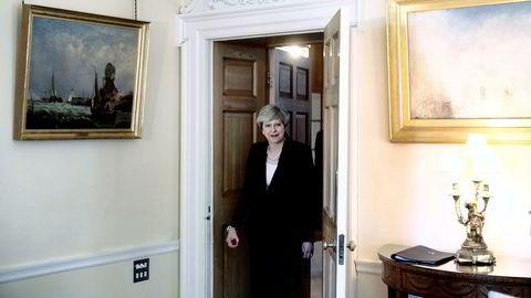 Statsminister Theresa May og partileder for De konservative er ute i hardt vær om dagen etter at hun tapte flertallet i parlamentet.