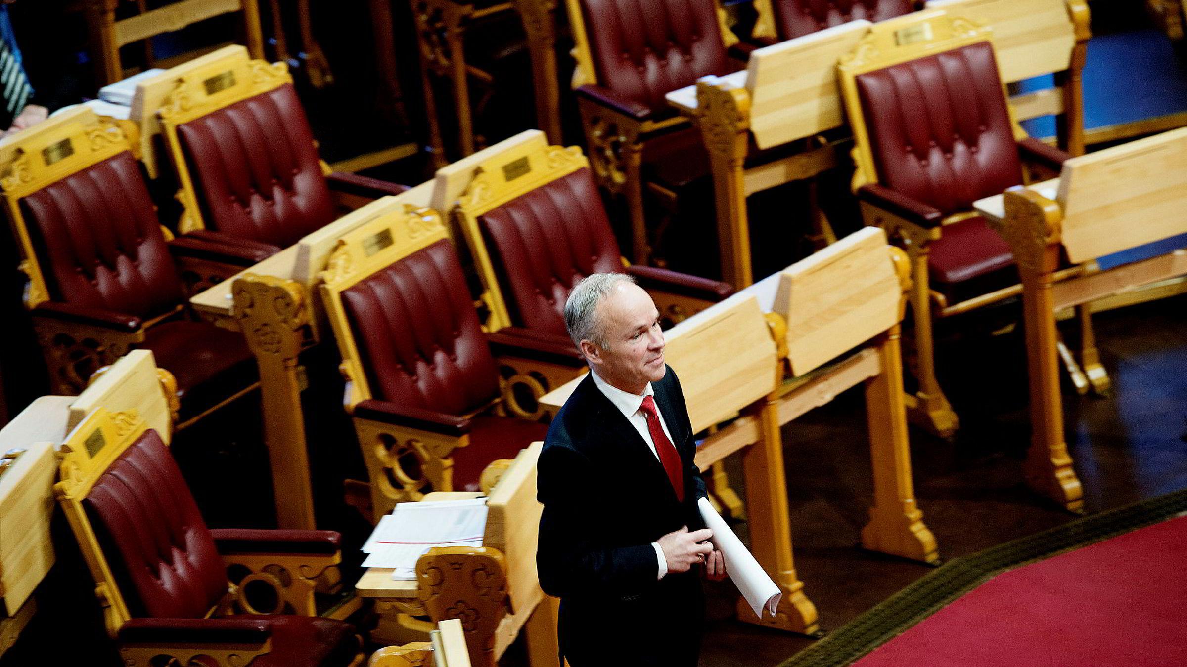 Kommunal- og moderniseringsminister Jan Tore Sannerskal etablere 630 statlige arbeidsplasser utenfor Oslo og vurderer å flytte ytterlige 1200. Antall statsansatte har økt med 4000 i Oslo de siste fire årene.