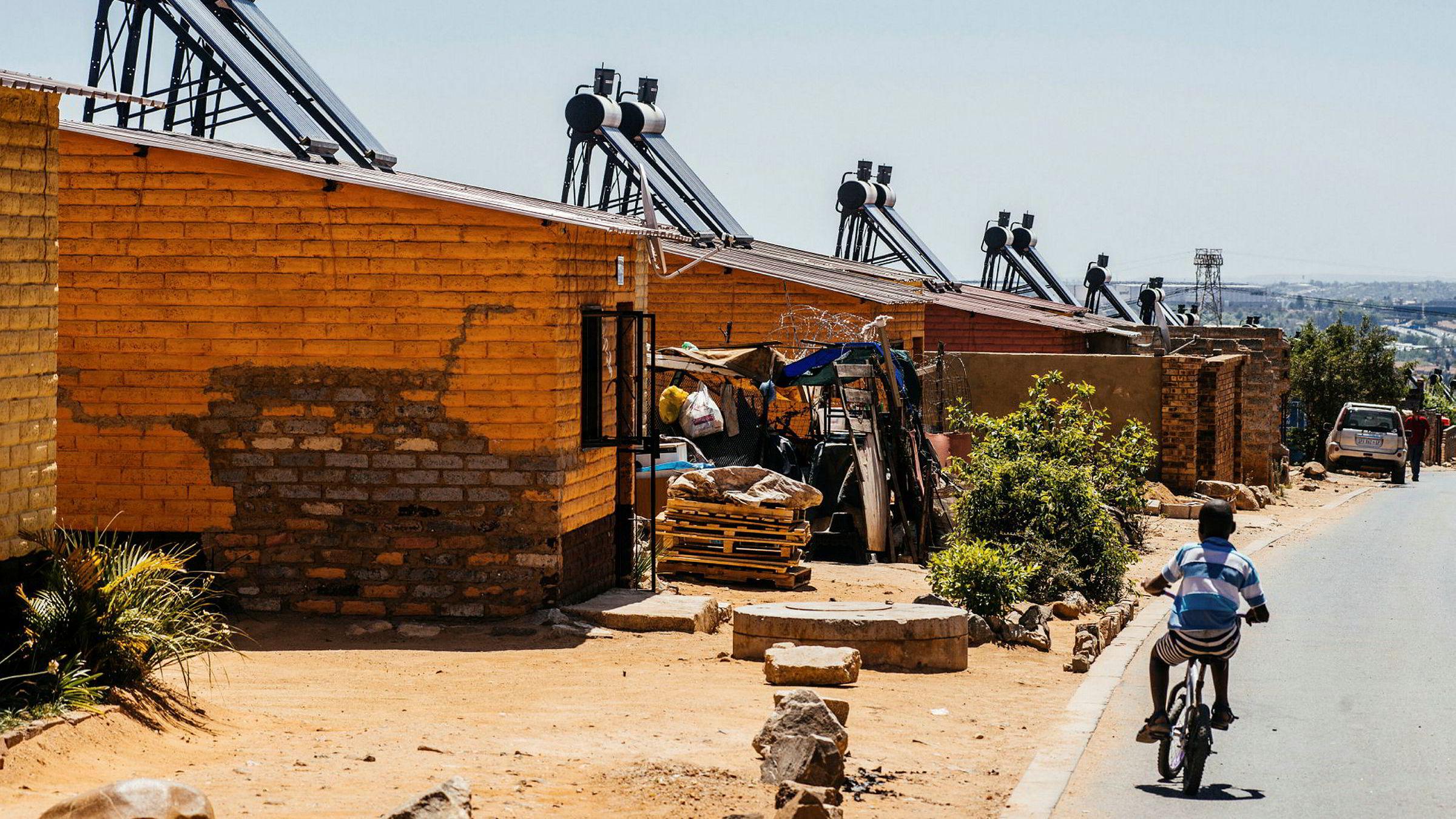 . Jeg kjenner i dag ikke til noen norsk bank som er villig til å låne til solkraftprosjekter i Afrika, sier forfatteren. Her er solcellepaneler på hustak i bydelen Alexandra, utenfor Johannesburg i Sør-Afrika.