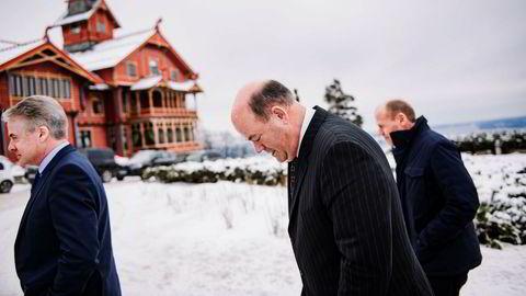 ConocoPhillips-sjef Ryan Lance (i midten) jobbet i årevis i Alaska, og setter pris på Oslo-kulden etter rekordhet vinter i Houston. Europa-sjef Trond Erik Johansen (til venstre) og kommunikasjonssjef Stig Kvendset følger med.