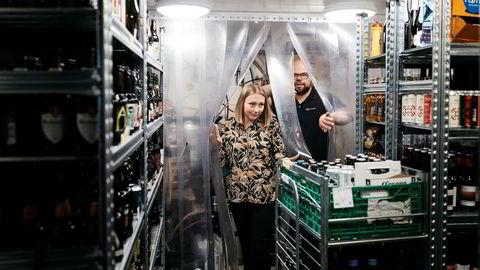 Innkjøpssjef på ølpuben Cardinal i Stavanger, Synnøve Deguet, viser frem lageret til daglig leder i Retail Solution, Joar Mestad. – Det er vel totalt noen tusen tusentall flasker med øl her inne, sier Deguet.
