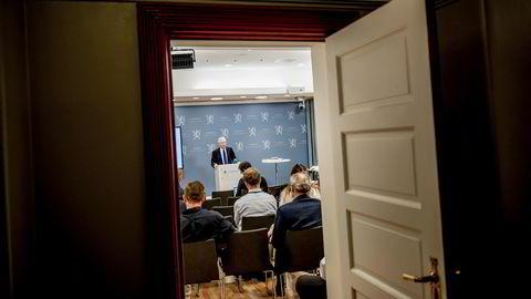 Svein Gjedrem loverleverte rapporten om ny sentralbanklov til finansminister Siv Jensen i dag. ---