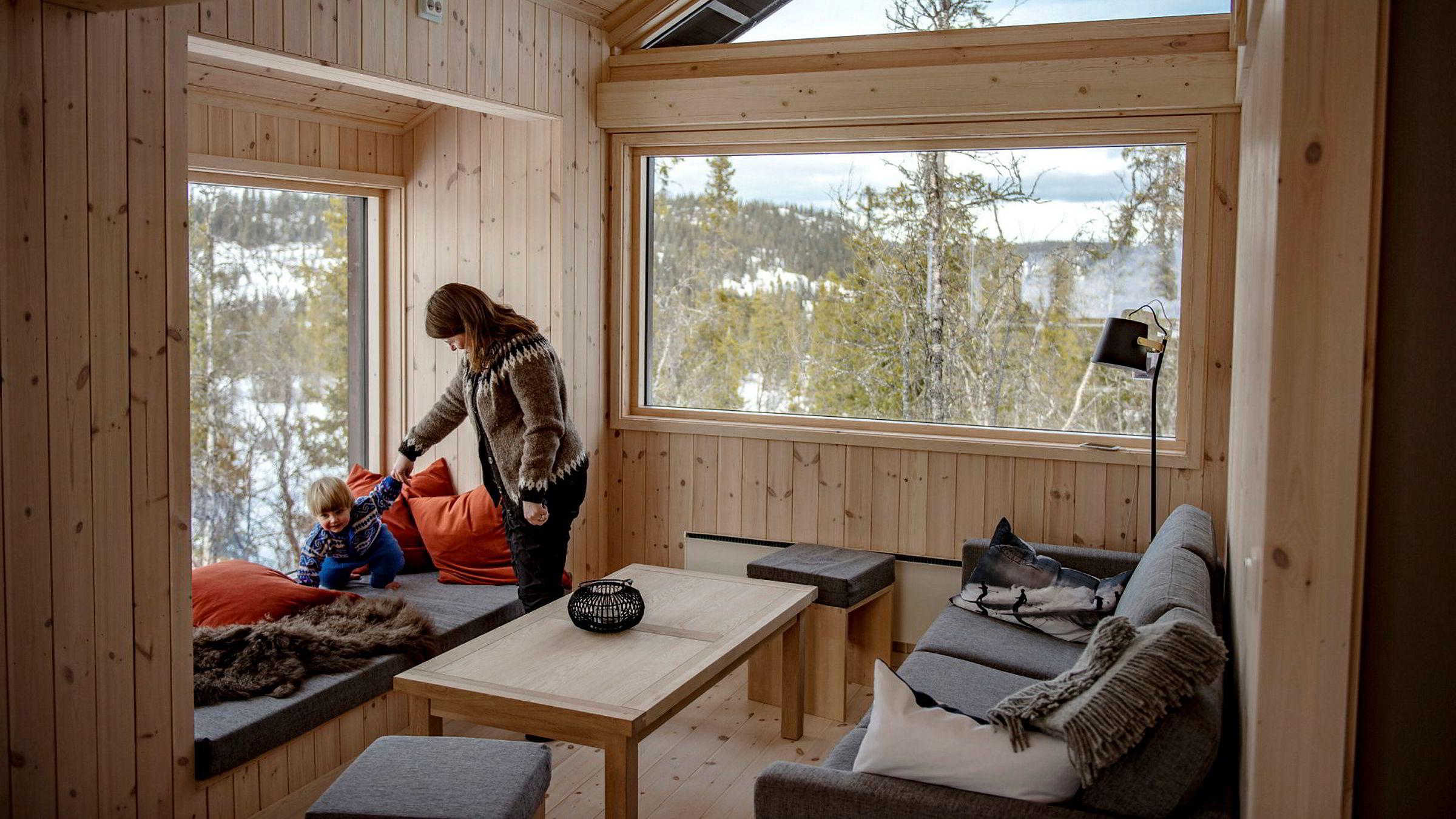 Åsta Børset Patterson (39) vil gjerne ha naturen rett inn i stuen. Sammen med samboer og lille Helmer Børset Norlander (1,5 år) prøvebodde de den nyutviklede hytta.