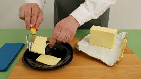 Smørfest. En velantrukket, ansiktsløs herre demonstrerer en lang rekke måter å tilberede smør på i den temmelig stillestående, men i stigende grad fascinerende videoen «Show-How».