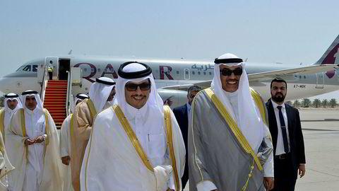 Qatar har svart på kravlisten fra Saudi-Arabia. På bildet sees Qatars utenriksminister Sheikh Mohammed bin Abdulrahman Al Thani (til venstre) og Kuwaits utenriksminister Sheikh Sabah Khaled Al Sabah på flyplassen i Kuwait.