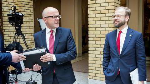 Klima- og miljøminister Vidar Helgesen (til venstre) overlevde mistillitsforslag i stortingssalen under ulvedebatten tirsdag. SVs Heikki Holmås var blant dem som støttet ham.