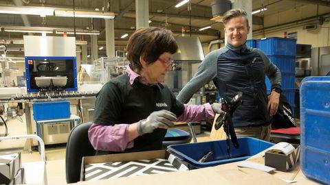 Eli Hafskjold pakker de siste barnebindingene som sendes ut fra Rottefella før jul under oppsyn av administrerende direktør Torstein Myklebostad.